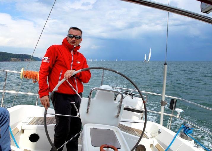 Zbigniew GUTEK Gutkowski za sterem jachtu